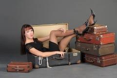 Kvinna och gammala resväskor Arkivbilder