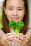 Kvinna och grönsak Royaltyfri Fotografi