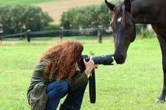 Kvinna och häst Royaltyfria Bilder