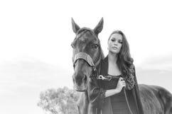Kvinna och häst för konstmode härlig Arkivbild