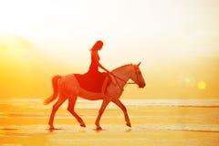 Kvinna och häst på bakgrunden av himmel och vatten Flickamodellnolla royaltyfri bild