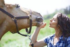 Kvinna och häst tillsammans arkivfoton