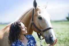 Kvinna och häst tillsammans Arkivbild