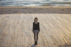 Kvinna och havet arkivfoton