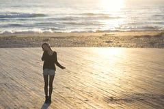 Kvinna och havet arkivbild