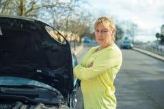 Kvinna och henne bil arkivfoton