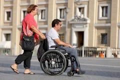 Kvinna och henne rörelsehindrad make Arkivbild