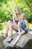 Kvinna och hennes dotter Arkivfoton