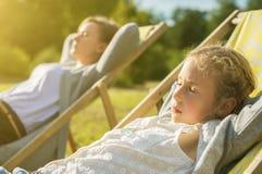 Kvinna och hennes dotter som tycker om solen Arkivfoton