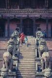 Kvinna och hennes kommande down för barn som trappan av Nyatapolaen arbetar tillfälligt Royaltyfri Foto
