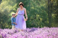 Kvinna och hennes lilla son i lavendelfält royaltyfria bilder