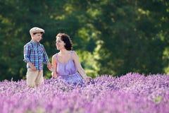 Kvinna och hennes lilla son i lavendelfält royaltyfri bild