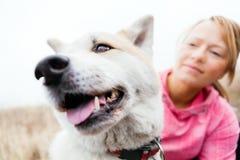 Kvinna och hund akita Arkivbild