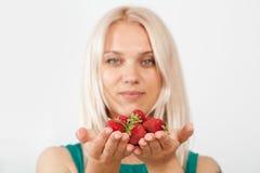 Kvinna och jordgubbe Arkivbild