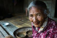 Kvinna och kaffe i Bena den traditionella byn Arkivbild