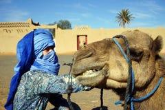 Kvinna och kamel Arkivbilder