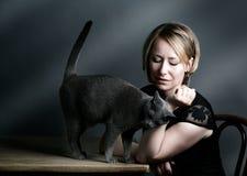 Kvinna och katt arkivfoto