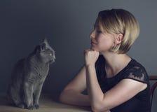 Kvinna och katt royaltyfri fotografi