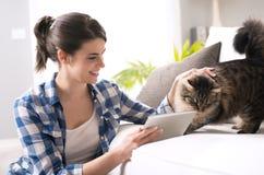 Kvinna och katt i vardagsrummet Royaltyfri Foto