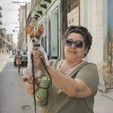 Kvinna och liten hund i havannacigarren, Kuba Arkivbilder