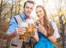 Kvinna och man i bayerska Tracht som dricker öl royaltyfri bild