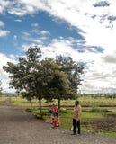 Kvinna och man i gatorna av Tanzania Arkivbild