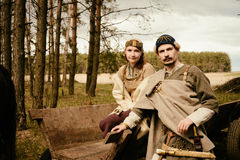 Kvinna och man i historisk rekonstruktion för etniskt dräktsammanhang Royaltyfria Foton