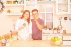 Kvinna och man i kök Arkivbilder