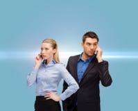 Kvinna och man med mobiltelefoner att kalla Royaltyfria Foton