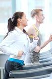 Kvinna och man på öva för idrottshall Arkivfoto