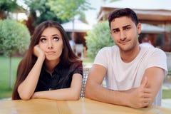 Kvinna och man på ett tråkigt dåligt datum på restaurangen fotografering för bildbyråer