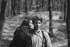 Kvinna och man på naturlig bakgrund royaltyfri bild