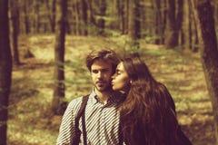 Kvinna och man på naturlig bakgrund fotografering för bildbyråer