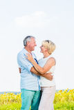 Kvinna och man, pensionärer, omfamna som är förälskat Arkivfoto