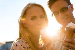 Kvinna och man som äter en glass fotografering för bildbyråer