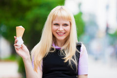 Kvinna och man som äter glass Fotografering för Bildbyråer