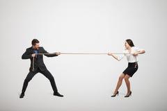 Kvinna och man som drar repet royaltyfria foton