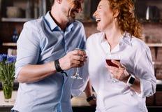 Kvinna och man som dricker vin royaltyfria foton