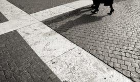 Kvinna och man som går på kullersten Fotografering för Bildbyråer