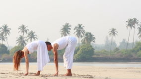 Kvinna och man som gör yoga stock video