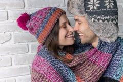 Kvinna och man som kysser i armarna Royaltyfri Fotografi