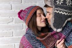 Kvinna och man som kysser i armarna Fotografering för Bildbyråer