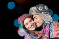 Kvinna och man som kysser i armarna Royaltyfria Foton