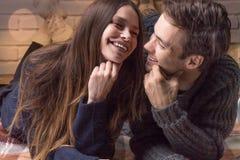 Kvinna och man som kysser i armarna Arkivfoton