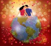 Kvinna och man som kysser på jordklotet Royaltyfri Fotografi