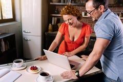 Kvinna och man som ser bärbara datorn Arkivfoton