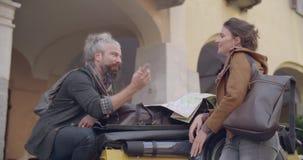 Kvinna och man som talar se översikten Tillbaka siktsmedelskott Italienskt lopp för Caucasian förälskad roadtripsemester för par lager videofilmer