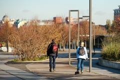 Kvinna och man som tillsammans rollerblading på promenaden arkivbilder