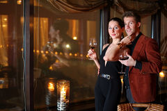 Kvinna och en man med ett exponeringsglas av wine Royaltyfri Foto