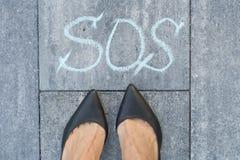Kvinna och ordet sos Royaltyfria Bilder